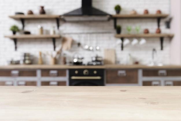 Mesa con elegante cocina moderna en el fondo