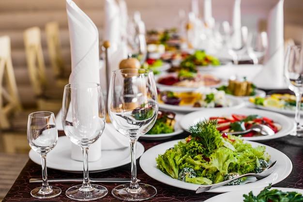 Mesa con elegante servicio y comida.