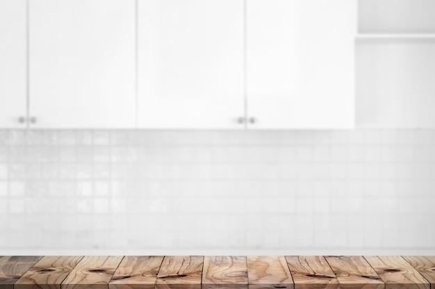 Mesa de encimera de madera en el fondo de la sala de cocina.