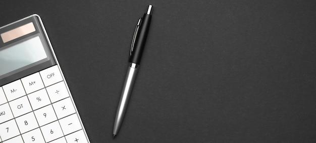 Mesa de escritorio de cuero de oficina con calculadora y bolígrafo
