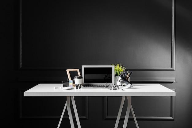 Mesa de escritorio de cuero de oficina con computadora, suministros