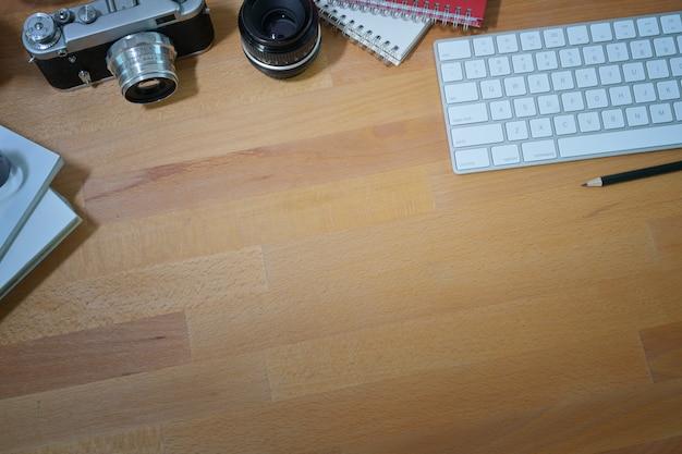 Mesa de escritorio de diseño de madera elegante con suministros de fotógrafo creativo