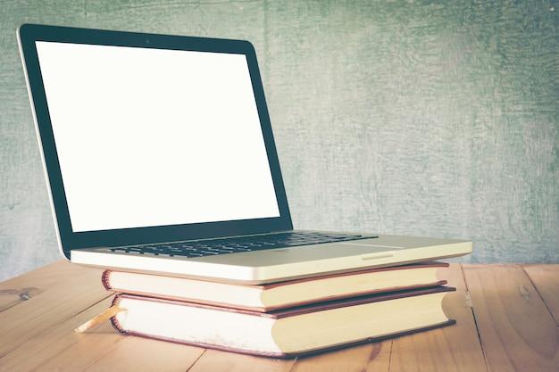 Mesa de escritorio de maestro o estudiante en el fondo de la pizarra de la escuela. antecedentes educacionales.