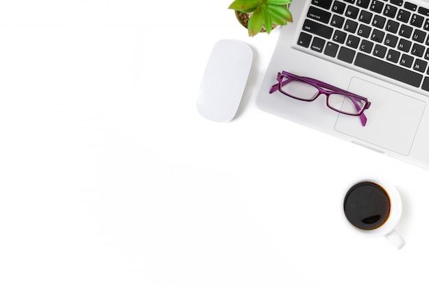 Mesa de escritorio de oficina blanca con computadora portátil