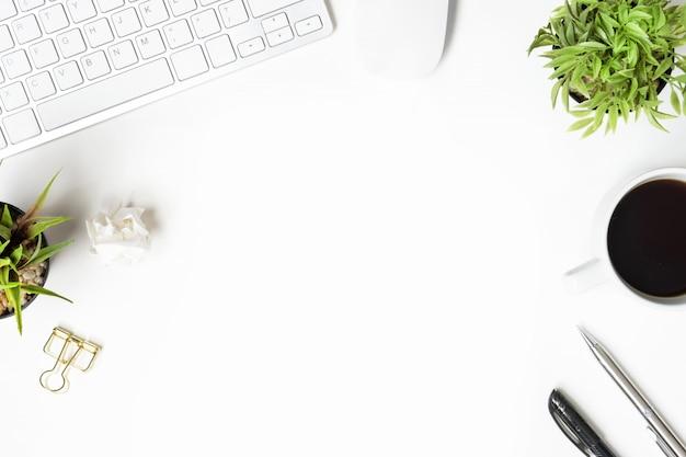 Mesa de escritorio de oficina blanca con gadgets de computadora y suministros. vista superior con copyspace, endecha plana.
