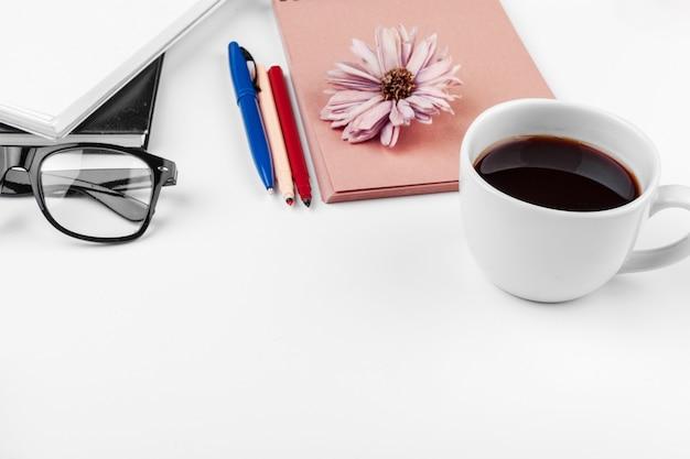 Mesa de escritorio de oficina blanca, negocios y educación