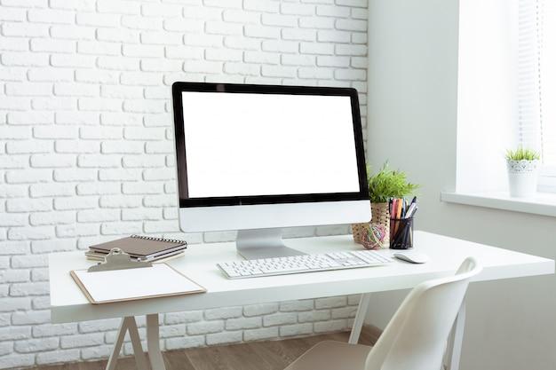 Mesa de escritorio de oficina blanca