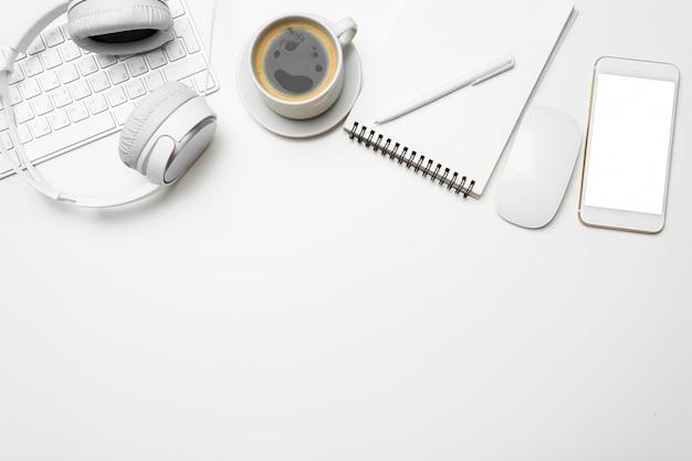 Mesa de escritorio de oficina con computadora, suministros, taza de café, vista superior de fondo