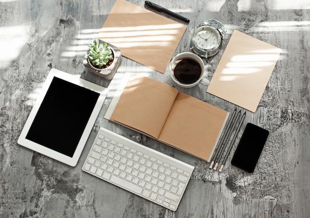 Mesa de escritorio de oficina con computadora, suministros y teléfono móvil