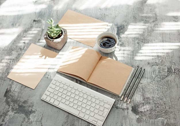 Mesa de escritorio de oficina con computadora, suministros y teléfono