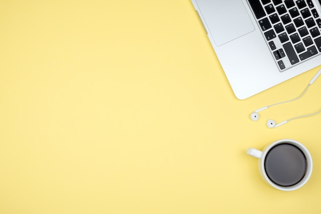 Mesa de escritorio de oficina con computadora