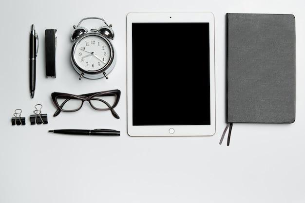 Mesa de escritorio de oficina con laptop, suministros, teléfono y taza de café