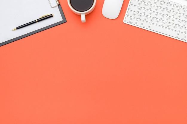 Mesa de escritorio de oficina con laptop y suministros