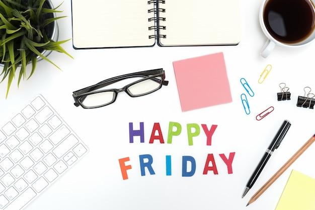 Mesa de escritorio de oficina con la palabra feliz de viernes