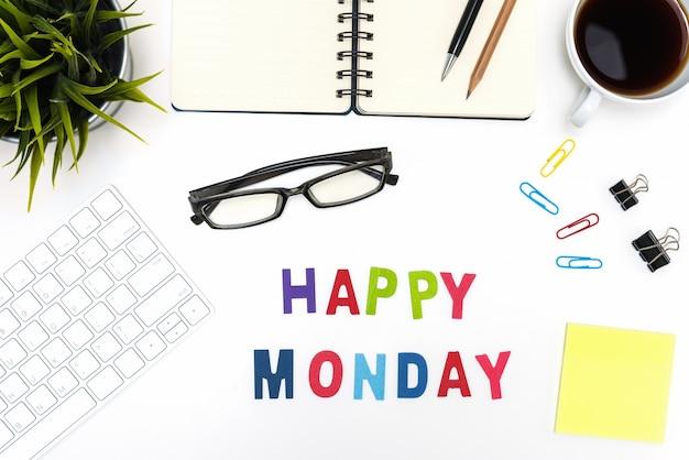 Mesa de escritorio de oficina con la palabra de lunes feliz