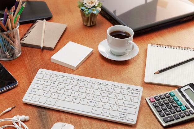Mesa de escritorio de oficina de trabajo de negocios y objetos de negocio