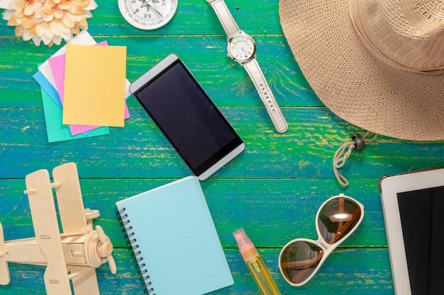 Mesa de escritorio de oficina de trabajo y objetos de negocio y accesorios de verano.