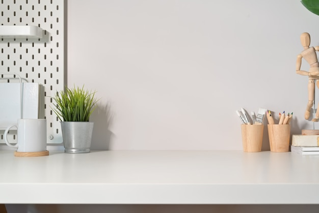 Mesa de espacio de trabajo de escritorio minimalista moderna y espacio de copia