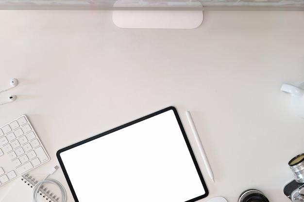 Mesa de espacio de trabajo de escritorio de oficina blanco con tableta, cámara vintage, lente, computadora