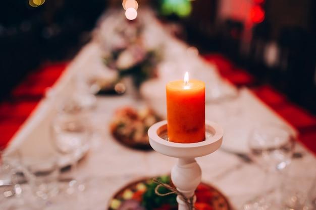 Mesa festiva decorada con velas.