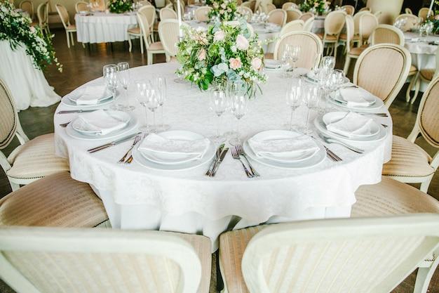 Mesa festiva con flores.
