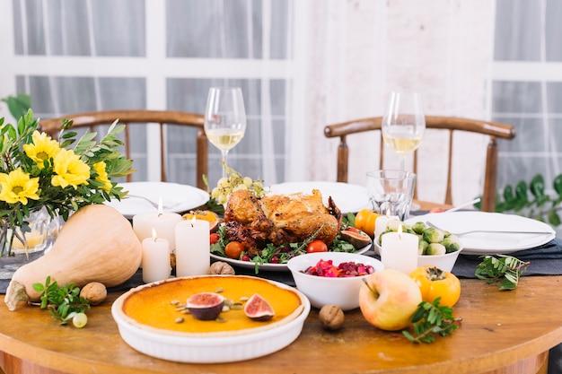 Mesa festiva con pollo al horno.