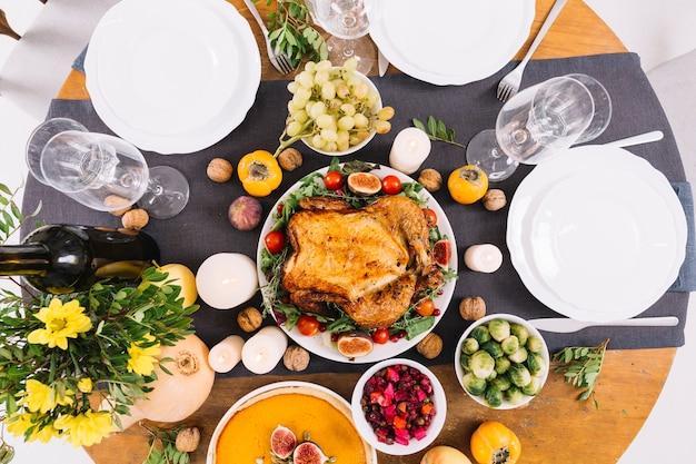 Mesa festiva con pollo asado.