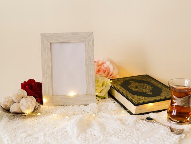 Mesa festiva con quran y marco de fotos.