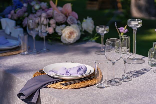 La mesa festiva se sirve y se decora con flores frescas. detalles de decoraciones festivas con flores frescas.