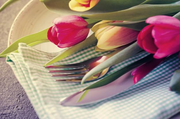 Mesa festiva con tulipanes para cumpleaños