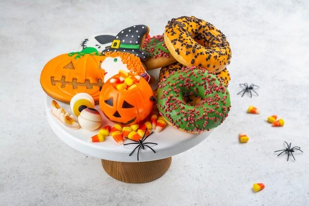 Mesa de fiesta para niños de halloween con caramelos