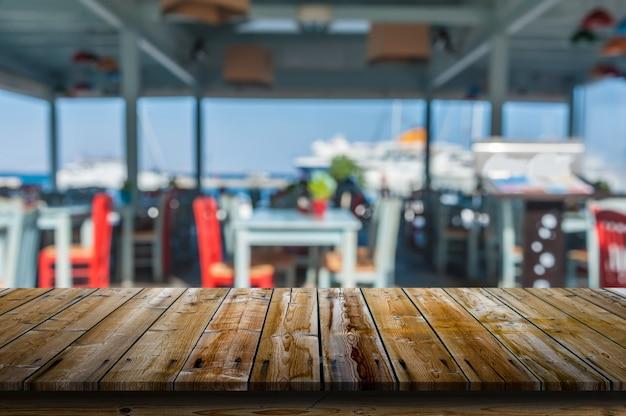 Mesa frente a un restaurante borroso.