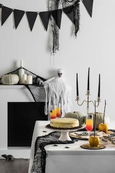 Mesa con golosinas para fiesta de halloween