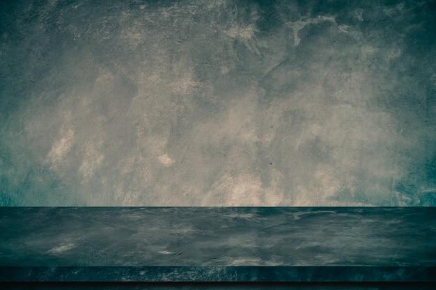 Mesa de hormigón viejo vacío con pared de cemento crudo.