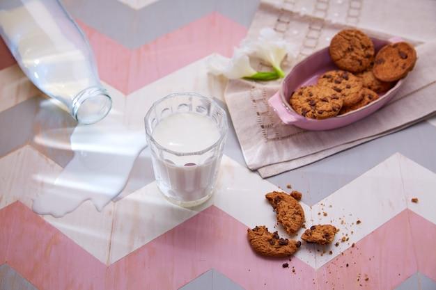 Mesa infantil con leche y galletas en color rosa.