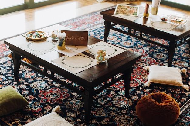 Mesa infantil en restaurante con estilo marroquí