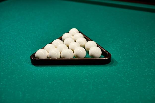 Mesa de juego con primer plano de bolas de señal y juego de billar ruso. pirámide rusa billar ruso, billar piramidal, deporte.