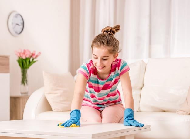 Mesa de limpieza adolescente en sala de estar