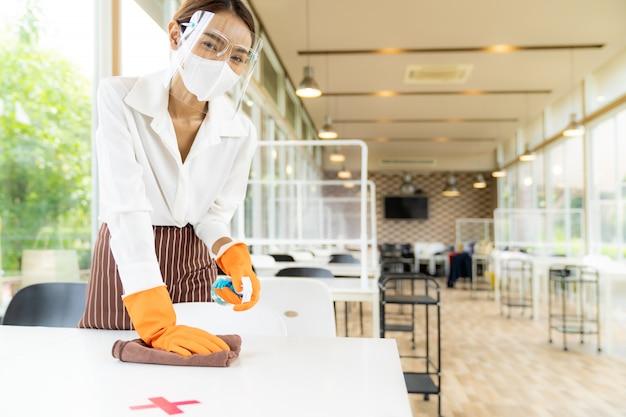 Mesa de limpieza de camarera, nuevo concepto de restaurante normal