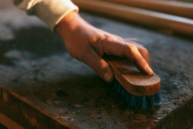 Mesa de limpieza de manos de primer plano con cepillo