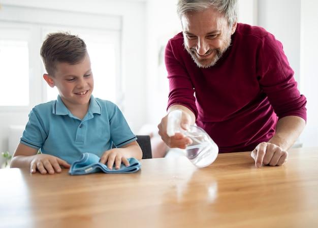 Mesa de limpieza de padre e hijo de tiro medio