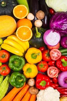 Mesa llena de verduras y frutas