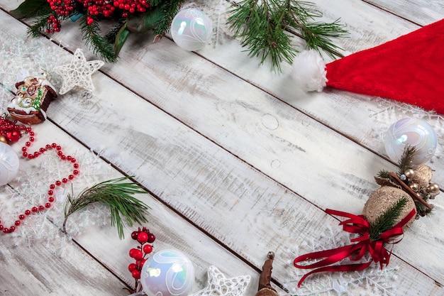 Mesa de madera con adornos navideños con espacio para copiar texto.