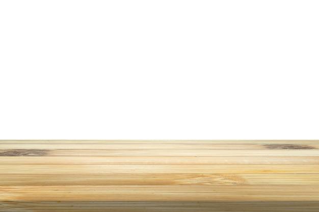 Mesa de madera de bambú vacía aislada sobre fondo blanco para montaje de exhibición de productos