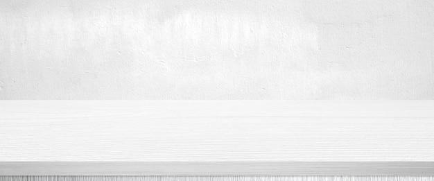 Mesa de madera blanca y fondo de pared blanca