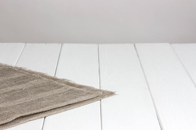 Mesa de madera blanca con mantel