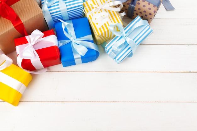 Mesa de madera blanca con regalos envueltos vista superior