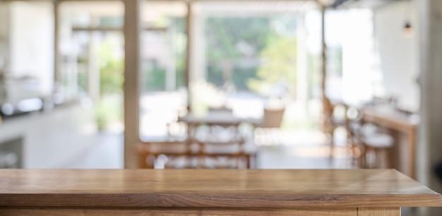 Mesa de madera en cafetería para montaje de productos.
