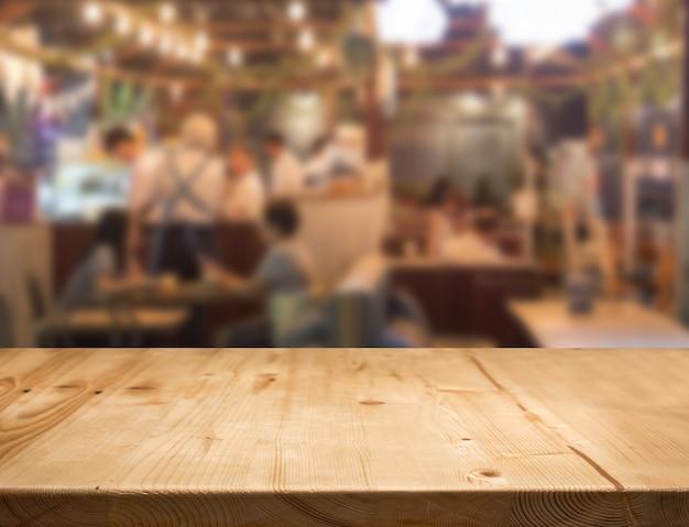 Mesa de madera con centro de comida borrosa.