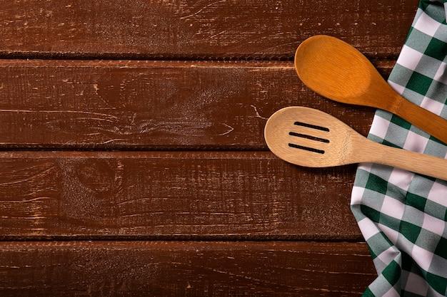 Mesa de madera con cuchara y mantel